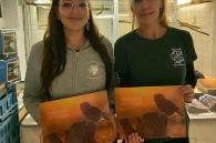 onze kalender gepresenteerd door 2 vrijwilligers